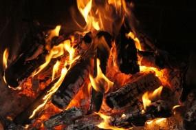 Wie zünde ich Brennholz richtig an?